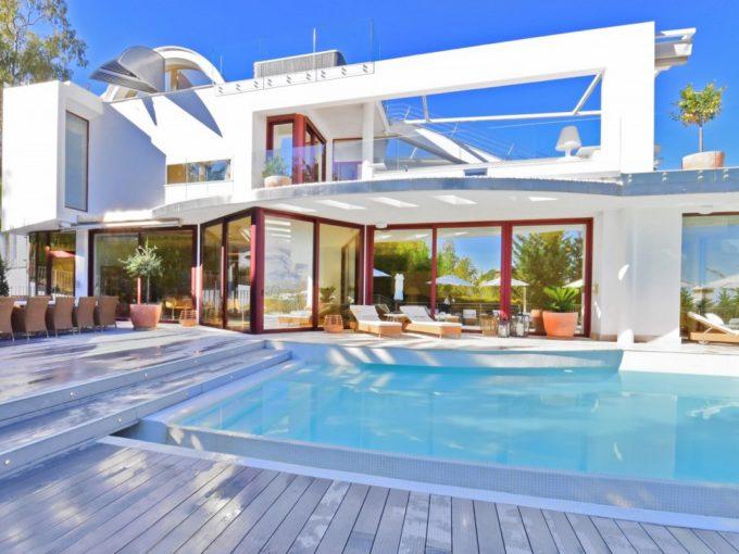 Exceptional seven bedroom villa for sale in Nueva Andalucia.