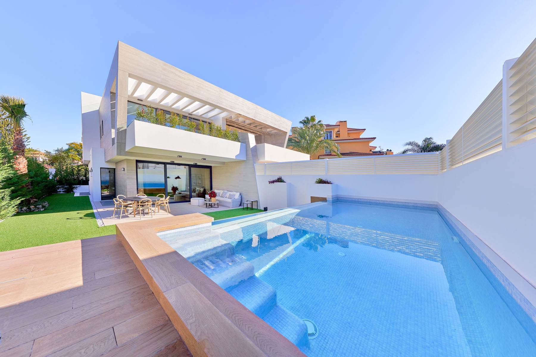 Stunning ultra modern 3 bedroom villa for sale within walking distance from Puerto Banus.