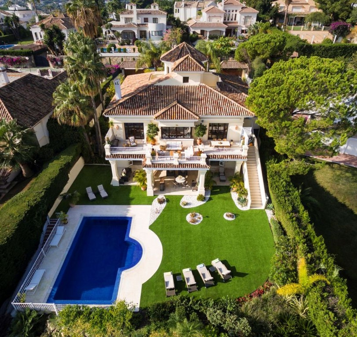 Beautiful, luxury Villa located front-line golf, in the centre of Nueva Andalucia