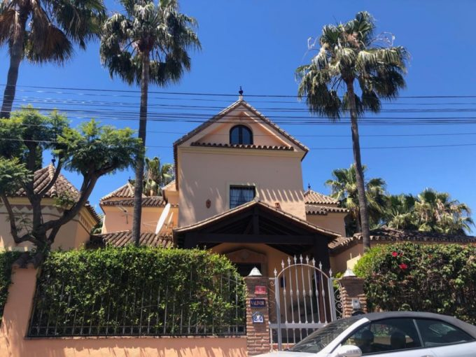 Classic 6 bedroom Villa walking distance to the beach in San Pedro