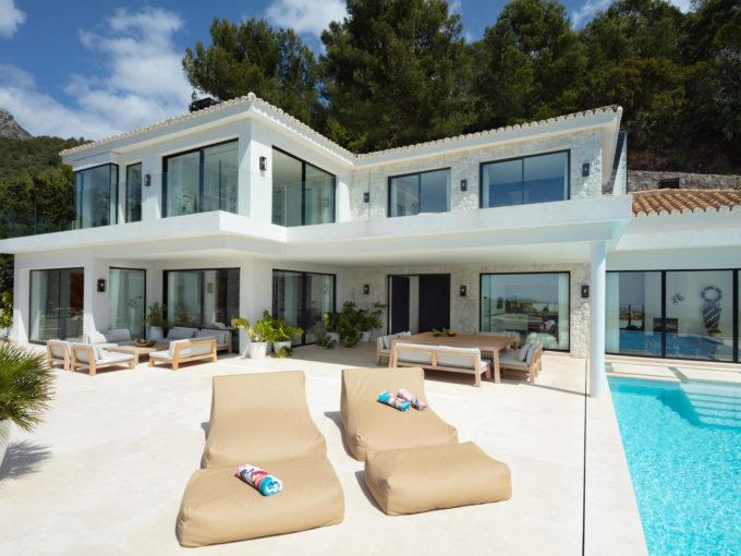 An exquisite new build villa residing in Cascada de Camojan