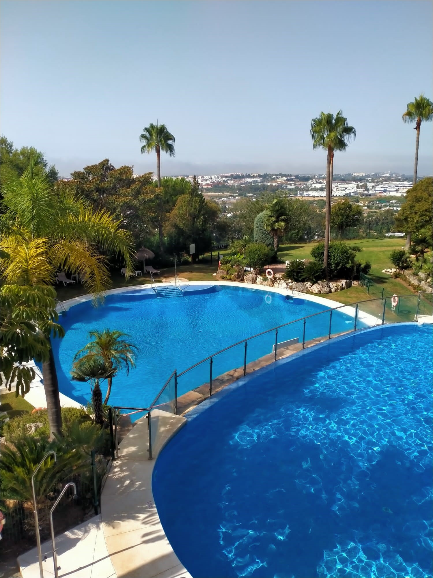 Beautiful furnished 2 bedroom apartment in one of the most prestigious areas in the Valley of Golf in Nueva Andalucia.